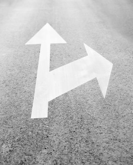 Asfaltpijlen die in verschillende richtingen wijzen