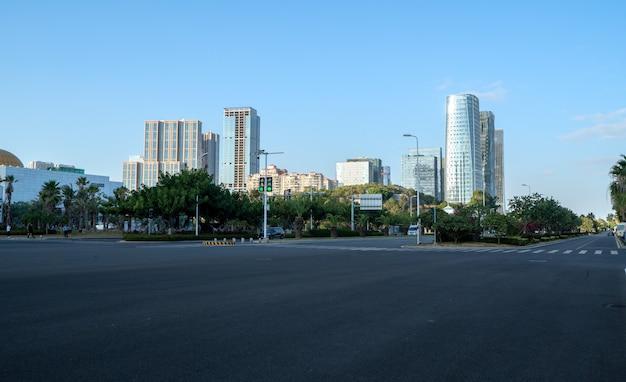 Asfaltweg en moderne architectonische landschapshorizon van chinese stad