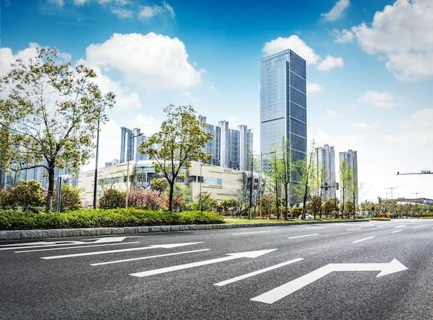 Asfaltweg en moderne stad