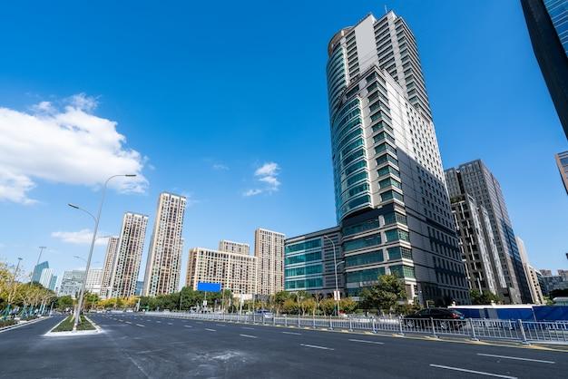 Asfaltweg en stad gebouwen skyline
