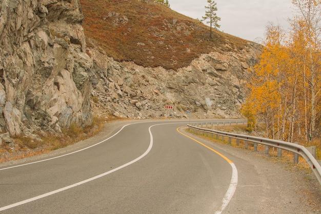 Asfaltweg in de buurt van de bergketen.