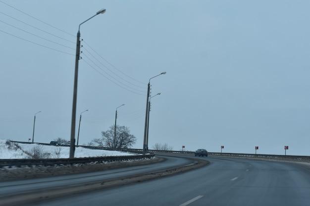 Asfaltweg in de winter