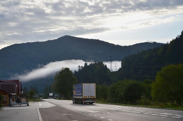 Asfaltweg in het bergachtige terrein in de ochtend