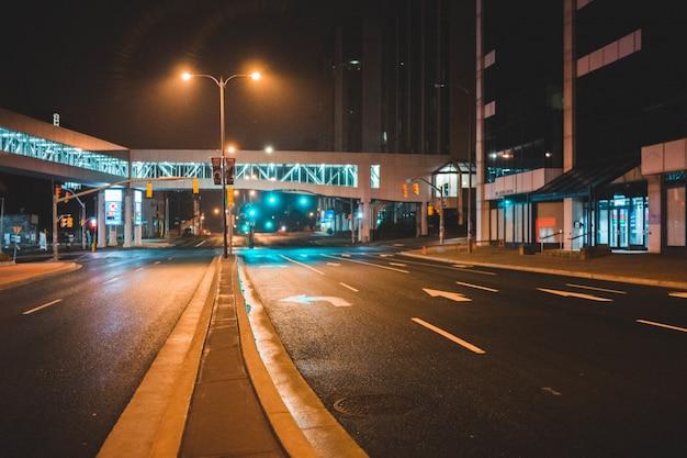 Asfaltweg landschap ar nacht