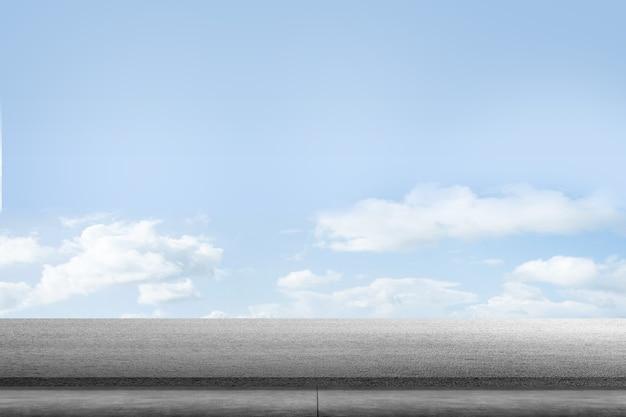 Asfaltweg met blauwe lucht