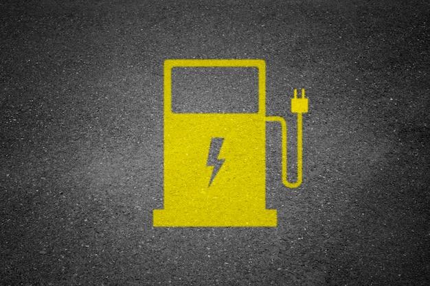 Asfaltweg met het teken van de elektrische auto het laden post