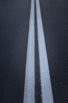 Asfaltweg met markeringslijnen witte strepen.