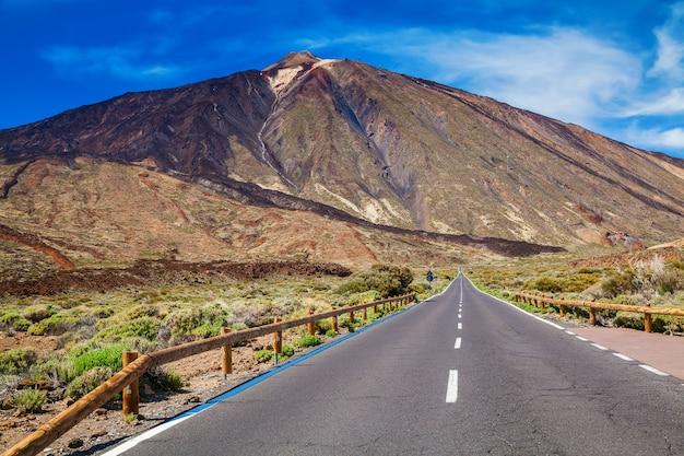 Asfaltweg naar de vulkaan teide in tenerife, canarische eilanden, spanje