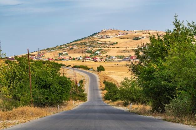 Asfaltweg naar het dorp