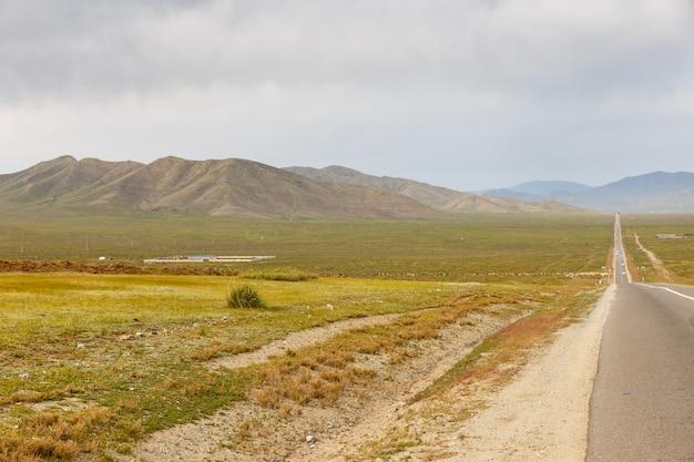 Asfaltweg sukhe bator - darkhan in mongolië