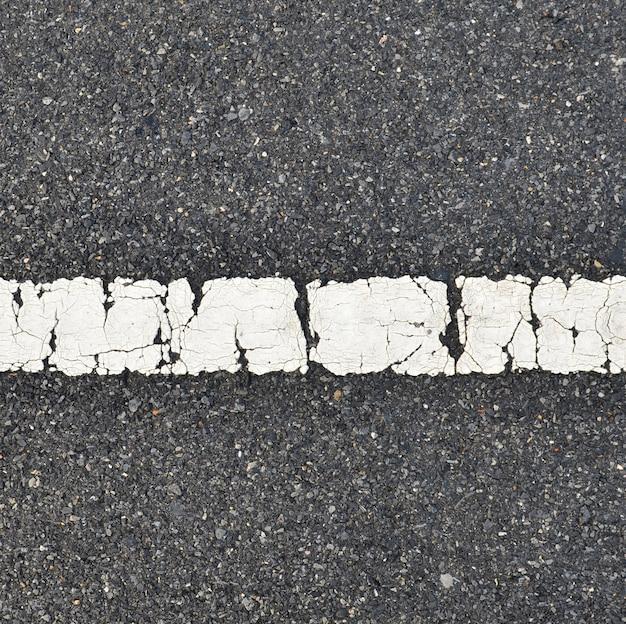 Asfaltweg textuur met witte streep