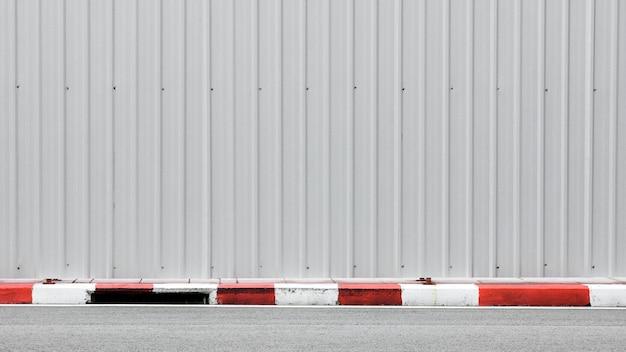 Asfaltweg - trottoir en beteugelen rood-wit