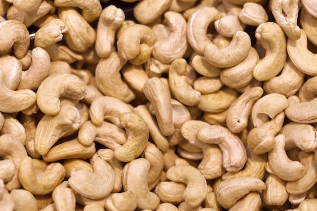 Ashewnoten, in bulk opgestapeld, op de voedselmarkt.