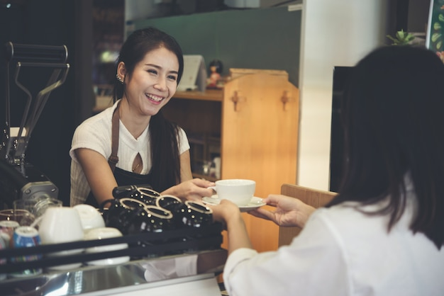 Asia vrouw barista