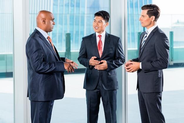 Asian business-team rapporteert aan indiase ceo