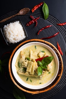 Asian home cooking concept thaise kip en baby bamboe groene curry en rijst