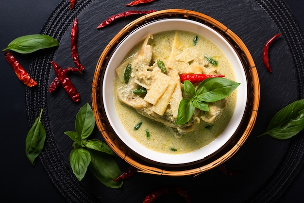 Asian home cooking concept thaise kip en baby bamboe groene curry