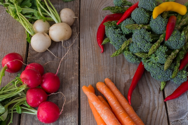 Asperges, broccoli, chili peper, radijs, wortelen - achtergrond van groenten
