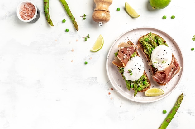 Asperges met prosciutto, avocado en benedict gepocheerde eieren