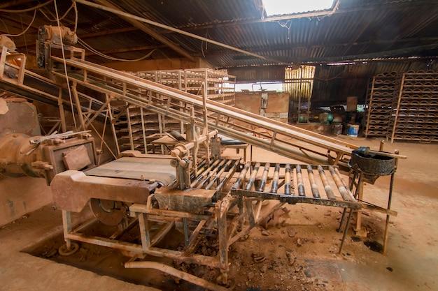 Assemblagelijn van traditionele modder dakpannenproductie.