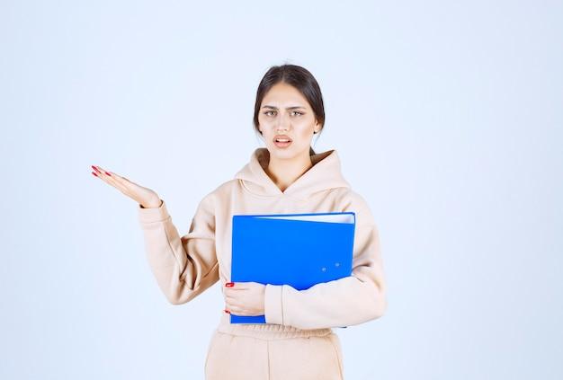 Assistent met een checklist die naar iemand aan de linkerkant wijst