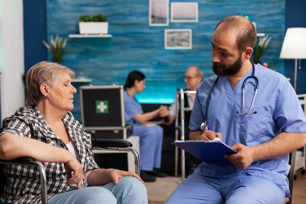 Assistent-ondersteuner die medicamenteuze behandeling op klembord schrijft