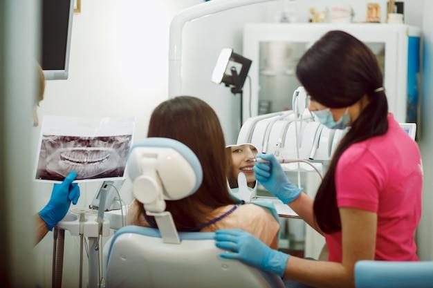 Assistent-tandarts en de patiënt in de kliniek.