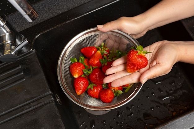 Assortiment aardbeien wordt gewassen