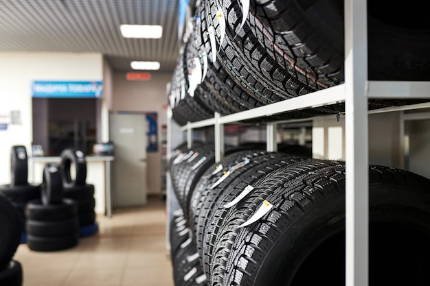 Assortiment banden voor auto in garage, vervanging van winter- en zomerbanden. seizoensgebonden bandenvervangingsconcept.