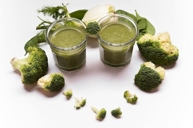 Assortiment broccoli smoothie met hoge hoek
