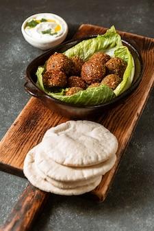 Assortiment falafel en pitabroodjes met hoge hoek