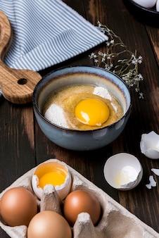 Assortiment gebroken eieren met hoge hoek