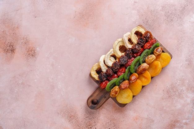 Assortiment gedroogd biologisch fruit.