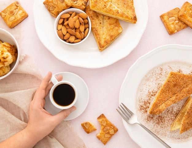 Assortiment heerlijke biologische koekjes en koffie