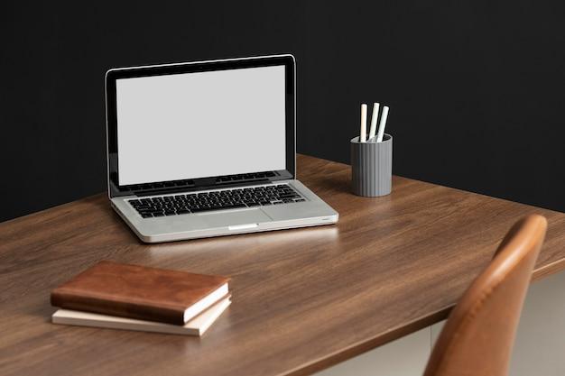 Assortiment hoge hoek bureaus met laptop