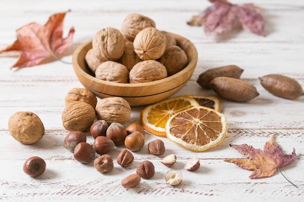 Assortiment hoge hoek noten en walnoten