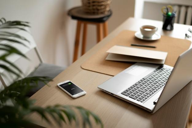Assortiment hoge hoekbureaus met laptop