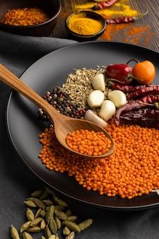 Assortiment indiase specerijen met hoge hoek