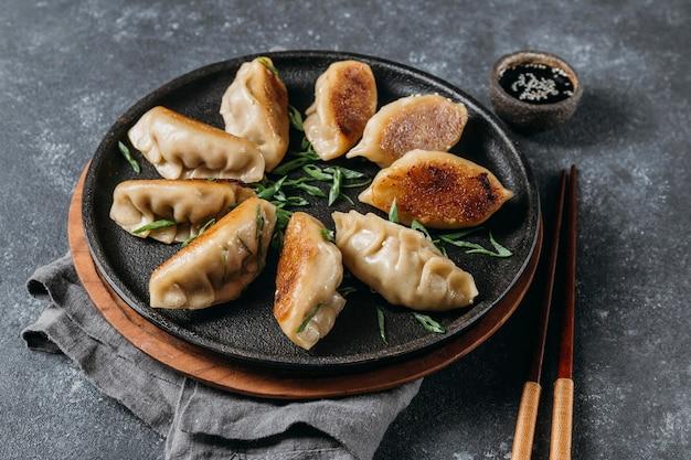 Assortiment japanse dumplings met hoge hoek