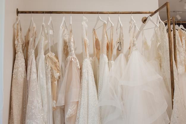 Assortiment jurken opknoping op een hanger