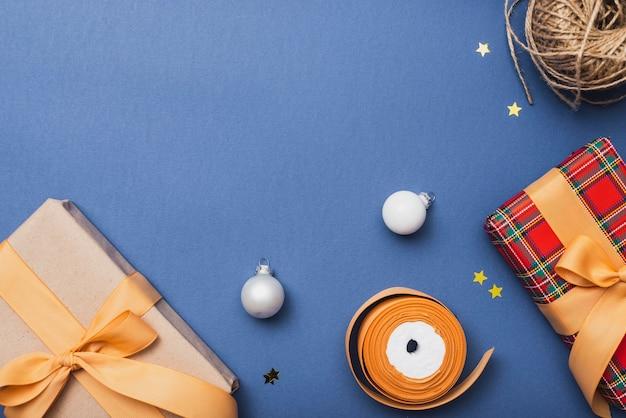 Assortiment kerstcadeaus en globes