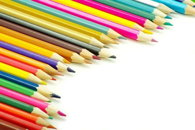 Assortiment kleurpotloden op witte achtergrond