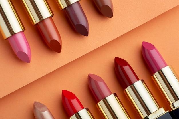 Assortiment lippenstiften bovenaanzicht Gratis Foto