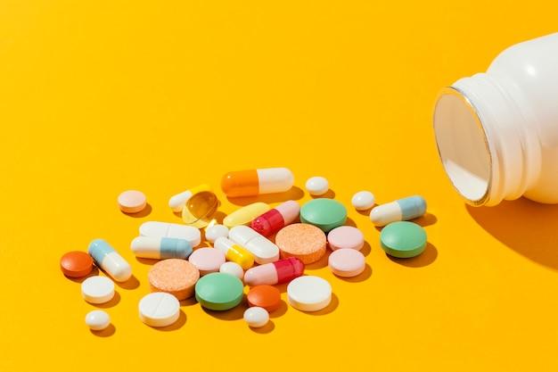Assortiment medicinale pillen met een hoge hoek