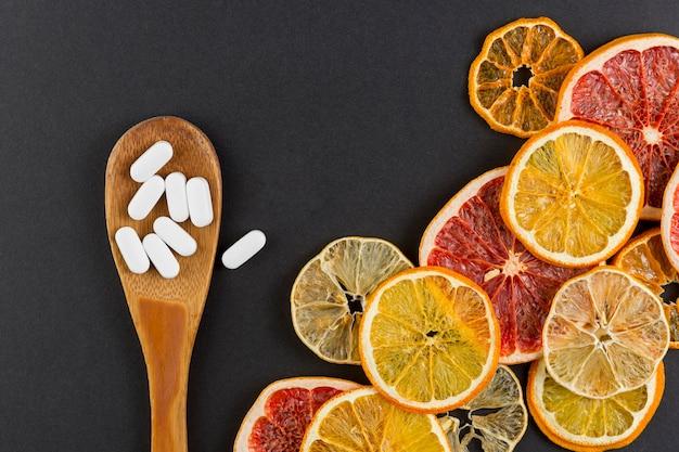 Assortiment met citrusvruchtenplakken en zwarte achtergrond