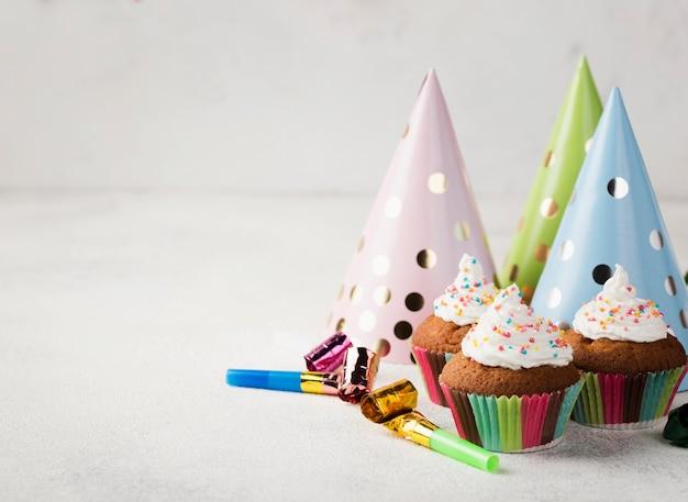 Assortiment met geglazuurde muffins en feestmutsen