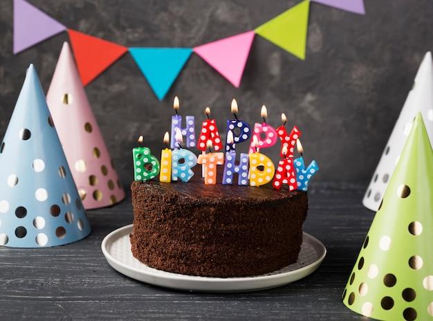 Assortiment met gelukkige verjaardagskaarsen en cake
