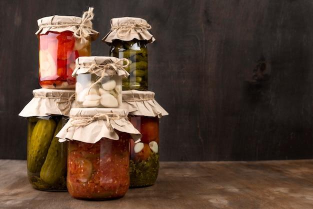 Assortiment met ingemaakte groenten in potten