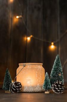 Assortiment met kerstbomen en kaars