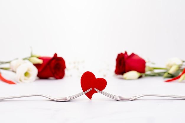 Assortiment met mooie rozen en hartvorm